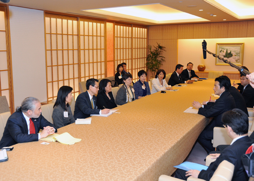 Minister Okada meets with leaders of the Japanese American community