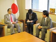 (Photo:Courtesy Call on Parliamentary Vice-Minister for Foreign Affairs Ikuo Yamahana by Ambassador of the Republic of Guatemala to Japan (Acceptance of Relief Supplies from the Republic of Guatemala))