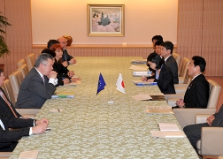 Minister Kishida's Meeting with Mr. Karel De Gucht, the European Commissioner for Trade (2)