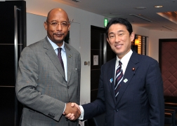 Meeting between Foreign Minister Kishida and Dr. Ibrahim Assane Mayaki, Chief Executive Officer of NEPAD (1)