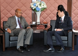 Meeting between Foreign Minister Kishida and Dr. Ibrahim Assane Mayaki, Chief Executive Officer of NEPAD (2)