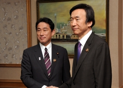 Japan-ROK Foreign Ministers' Meeting (1)