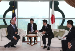 Japan-Malaysia Summit Meeting<br>Photo: Cabinet Public Relations Office