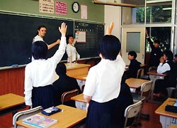 (photo1) Language class at a local junior-high school (Tamagawa Junior-high School, Ehime Prefecture)