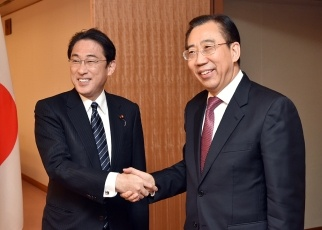 Foreign Minister Fumio Kishida Receives a Courtesy Call by the President of the Chinese People's Institute of Foreign Affairs, Wu Hailong 1