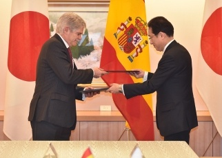 Signing of the Japan-Spain Working Holiday Agreement 1