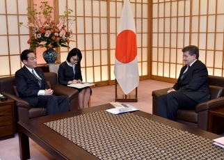 Foreign Minister Fumio Kishida Receives a Courtesy Call from the Director-General of the International Labour Organization 2
