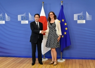 Foreign Minister Fumio Kishida Holds a Working Lunch with Dr. Cecilia Malmström, European Commissioner for Trade 1