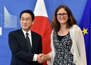 Foreign Minister Fumio Kishida Holds a Working Lunch with Dr. Cecilia Malmström, European Commissioner for Trade 2