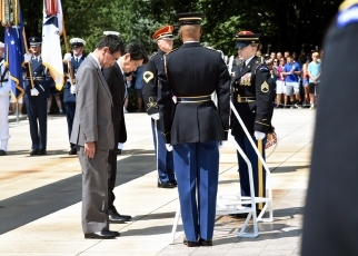 Foreign Minister Kono's visit to Arlington National Cemetery 2