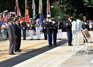 Foreign Minister Kono's visit to Arlington National Cemetery 3