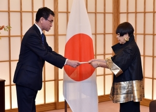 Foreign Minister Taro Kono Delivers Letters Commissioning the Special Envoys for EXPO 2025 OSAKA, KANSAI, JAPAN to Dr. Sen Genshitsu and Ms. Junko Koshino 2