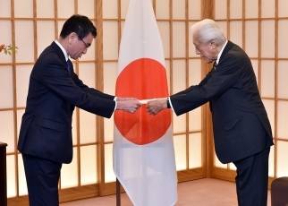 Foreign Minister Taro Kono Delivers Letters Commissioning the Special Envoys for EXPO 2025 OSAKA, KANSAI, JAPAN to Dr. Sen Genshitsu and Ms. Junko Koshino 3