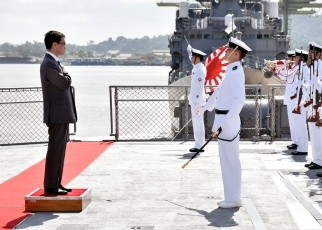 Foreign Minister Kono Visits the Muara Commercial Port in Brunei and the Japan Maritime Self-Defense Force Overseas Training Cruise Crew(Foto1)