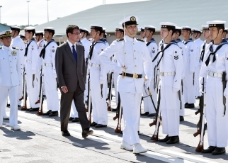 Foreign Minister Kono Visits the Muara Commercial Port in Brunei and the Japan Maritime Self-Defense Force Overseas Training Cruise Crew(Foto2)