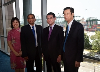 Foreign Minister Kono Visits the Maritime and Port Authority of Singapore