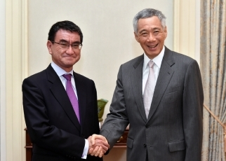 Foreign Minister Kono Pays a Courtesy Call on H.E. LEE Hsien Loong, Prime Minister, the Republic of Singapore