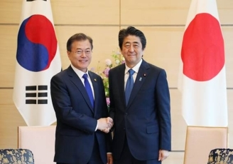leaders of Japan and the ROK shaking hands
