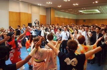 (Photo 2) A crowd of 200 celebrated the successful close of the event with a Osaka style ceremonial hand-clapping