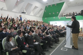 (Photo 4) The audience raising hands for questions at the lecture in Moscow