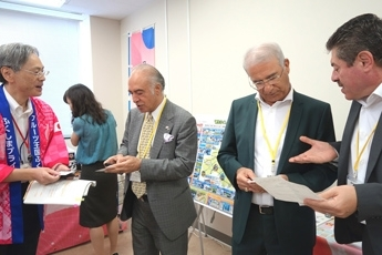 (Photo 6) The Diplomatic Corps receiving an explanation on the most recent status of recovery in Fukushima