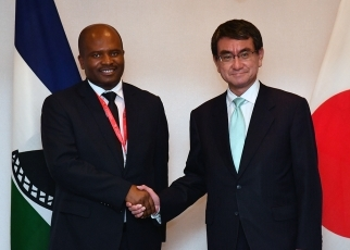 Meeting between Foreign Minister Kono and Minister of Development Planning of Lesotho 1
