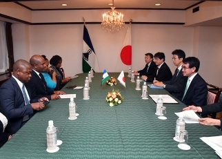 Meeting between Foreign Minister Kono and Minister of Development Planning of Lesotho 2