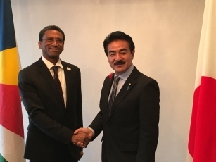 Meeting between State Minister Sato and the Secretary of State for Foreign Affairs Faure of the Republic of Seychelles 1