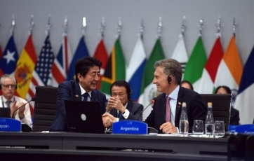 (Photo 2) Photograph of the Prime Minister attending the closing session with the President of Argentina