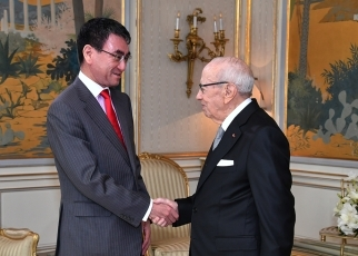 Foreign Minister Kono Pays a Courtesy Call on H.E. Mr. Beji Caid Essebsi, President of the Republic of Tunisia
