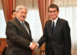 (Photo6) Foreign Minister Kono Pays a Courtesy Call on <br>Prime Minister of the People's Republic of Algeria Ouyahia