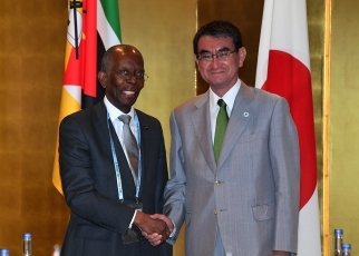 (photo1)Foreign Minister Kono Meets with the Minister of Economy and Finance of Mozambique