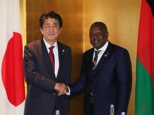 (photo1)Prime Minister Abe Receives a Courtesy Call from the Vice President of Malawi