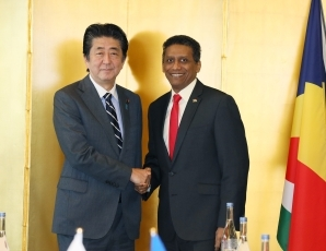 (photo1)Japan-Seychelles Summit Meeting