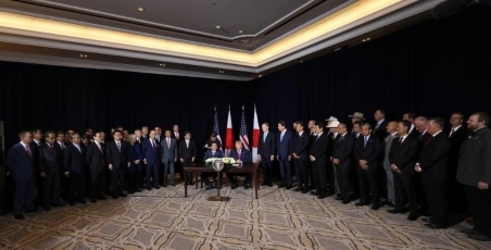 (Photo4) Photograph of the Japan-U.S. Summit Meeting (signing ceremony) 1