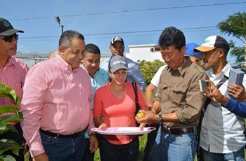 (Photo 3) Harvest and tasting by the Director of the Agriculture Land Agency and the mayor of Constanza