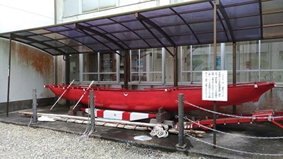 (Photo 2) Canoe on display at Mie Maritime High School