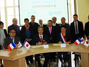 (Photo 7) Signing ceremony of friendship city agreement between Tomioka City and Bourg-de-Péage City