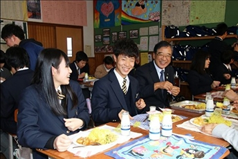 (Photo 11) Junior high school students enjoying Nepalese school lunch (Komagane City, Nagano Prefecture)