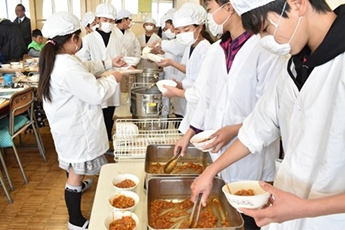 (Photo 12) Students Serving Colombian meal (Kazo City, Saitama Prefecture)