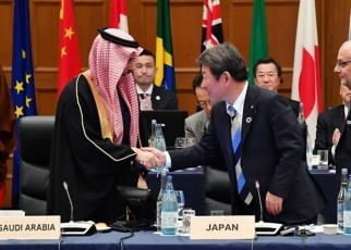 (Photo5) Handshake of Minister Mogi and Foreign Minister Faisal of Saudi Arabia