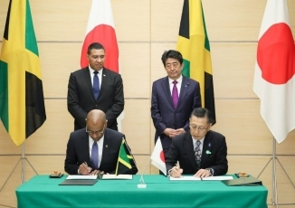 (Photo1) Photograph of the leaders attending the signing and exchange of documents ceremony (Photo: Cabinet Public Relations Office)