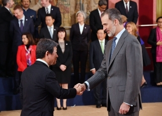 (Photo 1) Foreign Minister Motegi shaking hands with High Representative of the European Union (EU) for Foreign Affairs and Security Policy