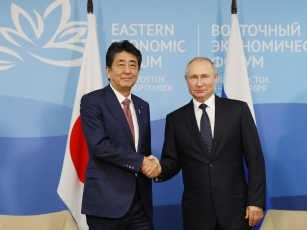 (Photo3) Photograph of the Japan-Russia Summit Meeting (Photo: Cabinet Public Relations Office)