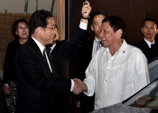 Dinner Meeting Between Foreign Minister Kishida and Philippine President Duterte 1