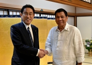 Dinner Meeting Between Foreign Minister Kishida and Philippine President Duterte 2