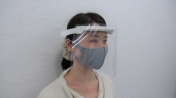 (Photo 11) Face shield using technology of 3D printers