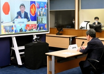 (Photo 3) Foreign Minister Motegi and the TV screen