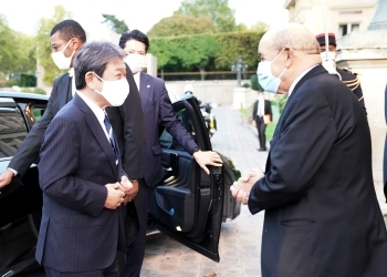 (Photo 1) Foreign Ministers greeting each other