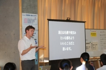 (photo 5) Mr. Jenkins shares his experiences of living in various parts of Japan